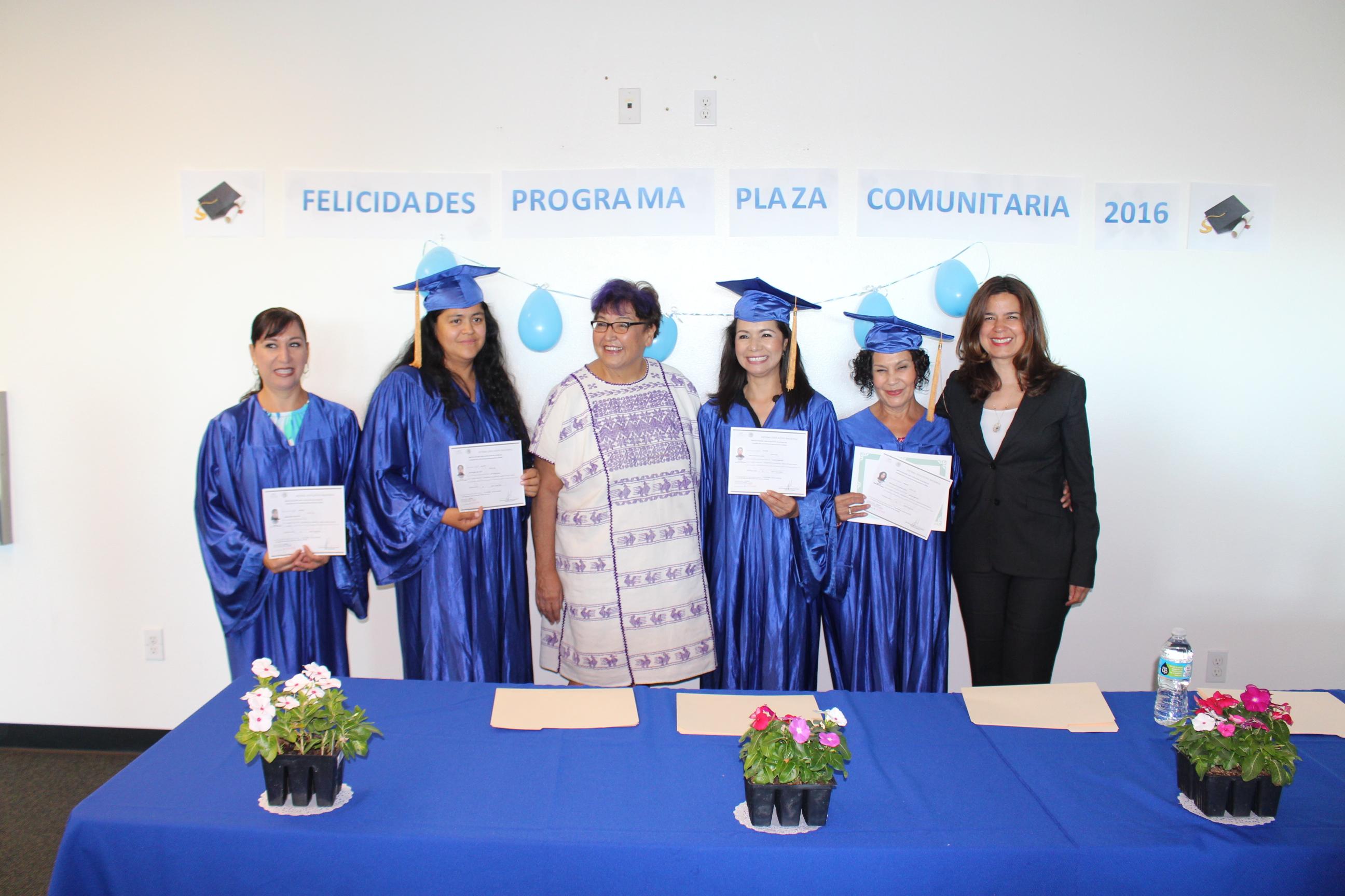 Cónsul de México en San Diego entrega certificados de estudio en Casa Familiar