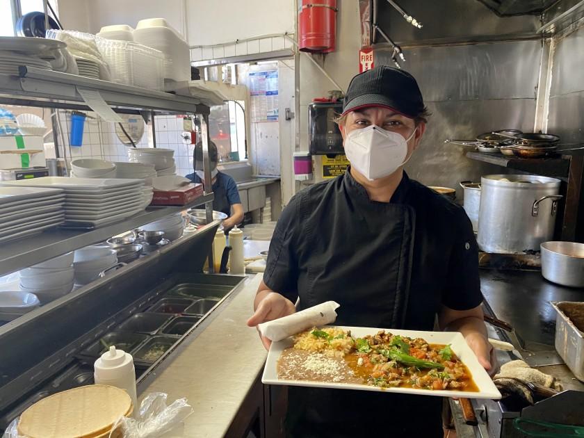 Cada semana este restaurante en San Ysidro alimenta a 60 vecinos que se han visto afectados por la pandemia